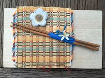 Palillo de madera en la estera de madera del tablero y del bambú Imagenes de archivo