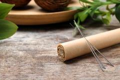 Palillo de Moxa con las agujas para la acupuntura fotos de archivo