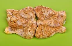 Palillo de pollo crudo adobado en especias Fotos de archivo libres de regalías