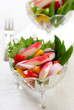 Palillo del cangrejo con la ensalada de la pimienta y de la lechuga Fotografía de archivo