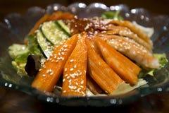 Palillo del cangrejo del sashimi de la ensalada fotos de archivo libres de regalías