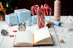 Palillo del caramelo de la melcocha de la composición del Año Nuevo de la Navidad en vidrio Fotografía de archivo