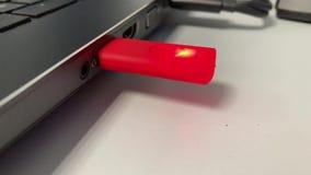 Palillo del centelleo USB en un ordenador portátil almacen de metraje de vídeo