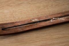 Palillo del incienso en fondo de madera fotos de archivo libres de regalías