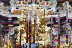 Palillo del incienso en templo del chinise Imagenes de archivo