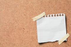 Palillo del papel de nota en tarjeta de madera. Fotografía de archivo
