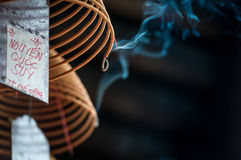Palillo espiral ardiente del incienso en templo. imagen de archivo libre de regalías
