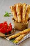 Palillo francés con el tomate y las aceitunas en terracota Fotografía de archivo