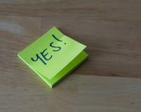 Palillo verde luminoso en la etiqueta - nota sí Imagen de archivo libre de regalías