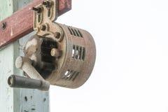 Palillo viejo y oxidado de la sirena manual con el polo de madera imagen de archivo libre de regalías