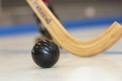 Palillo y bola de hockey del primer Fotos de archivo