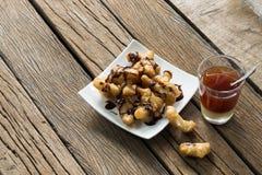 Palillo y café fritos de la pasta en de madera a creativo fotos de archivo