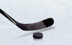 Palillo y Puck With Copy Space del hockey sobre hielo Imagen de archivo