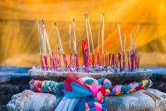 Palillo y vela de ídolo chino en pote del palillo de ídolo chino Fotografía de archivo libre de regalías