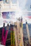 Palillos ardientes del incienso imágenes de archivo libres de regalías