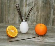 Palillos aromáticos para el hogar en el florero de cerámica blanco Fotos de archivo libres de regalías