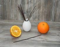 Palillos aromáticos para el hogar en el florero de cerámica blanco Foto de archivo