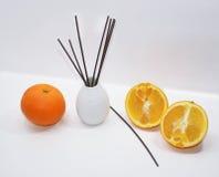 Palillos aromáticos para el hogar en el florero de cerámica blanco Fotografía de archivo libre de regalías