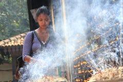 Palillos budistas del incienso de la quemadura del devoto Fotografía de archivo