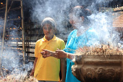 Palillos budistas del incienso de la quemadura del devoto Foto de archivo libre de regalías