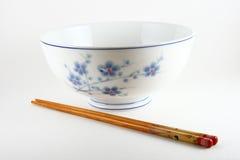 Palillos chinos del tazón de fuente y de la tajada Foto de archivo libre de regalías