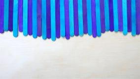Palillos ciánicos azules del helado en el fondo de madera Fotos de archivo