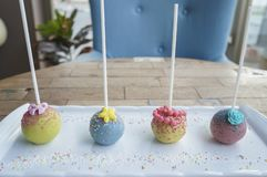 Palillos coloridos del caramelo de la bola del lolipop en la placa blanca foto de archivo libre de regalías