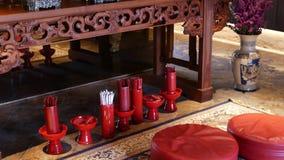 Palillos con predicciones en templo oriental Floreros con los palillos tradicionales del adivino Costura-Si colocados en piso ade metrajes