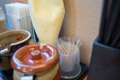 Palillos cubiertos por la bolsa de plástico en el restaurante japonés fotos de archivo libres de regalías