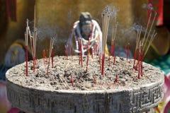 Palillos de ídolo chino ardientes del incienso Imagen de archivo libre de regalías
