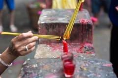 Palillos de ídolo chino ardientes en el Año Nuevo lunar, Saigon, Vietnam Imágenes de archivo libres de regalías