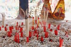 palillos de ídolo chino ardientes para rogar y la adoración Foto de archivo libre de regalías