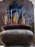 Palillos de ídolo chino en el tarro de tierra de Widemouthed Imágenes de archivo libres de regalías