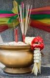 Palillos de ídolo chino y guirnalda tailandesa de la flor en hornilla de incienso Fotografía de archivo libre de regalías
