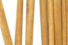 Palillos de canela aislados en un blanco imagenes de archivo