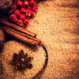 Palillos de canela, azúcar de Brown y estrella del anís y en la tabla de madera Imagenes de archivo