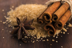 Palillos de canela con el azúcar marrón del bastón puro Imágenes de archivo libres de regalías