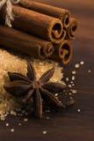 Palillos de canela con el azúcar marrón del bastón puro Foto de archivo