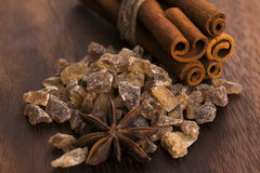 Palillos de canela con el azúcar marrón del bastón puro Fotos de archivo