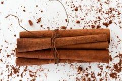 Palillos de canela con el ingrediente de los microprocesadores de chocolate fotos de archivo