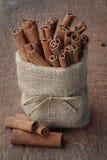 Palillos de canela en bolso de la harpillera Imagenes de archivo