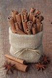 Palillos de canela en bolso de la harpillera Imagen de archivo