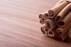Palillos de canela en fondo de madera imagen de archivo libre de regalías