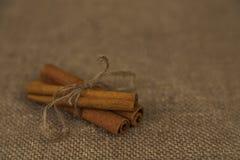 Palillos de canela en fondo marrón Fotos de archivo