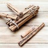 Palillos de canela en un fondo de madera Imágenes de archivo libres de regalías
