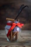 Palillos de canela en un fondo de madera Foto de archivo