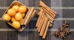 Palillos de canela fragantes y kumquat dulce Fotos de archivo