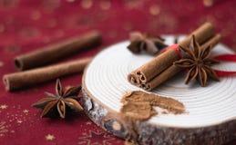 Palillos de canela, polvo del canela, anís de estrella en la madera fotos de archivo libres de regalías