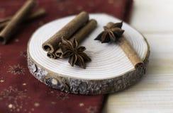 Palillos de canela, polvo del canela, anís de estrella en la madera imagenes de archivo