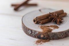 Palillos de canela, polvo del canela, anís de estrella en la madera foto de archivo